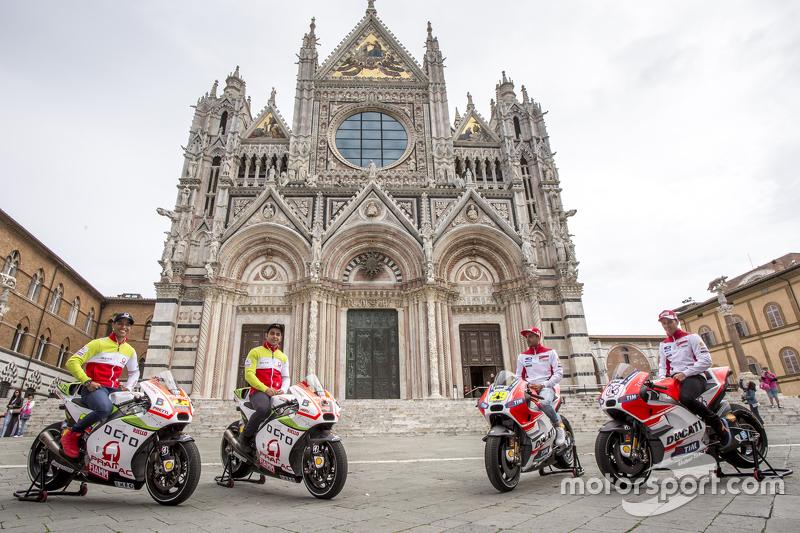 Yonny Hernandez und Danilo Petrucci, Pramac Racing, Ducati; Andrea Iannonen und Andrea Dovizioso, Ducati Team, an der Piazza del Campo, Siena