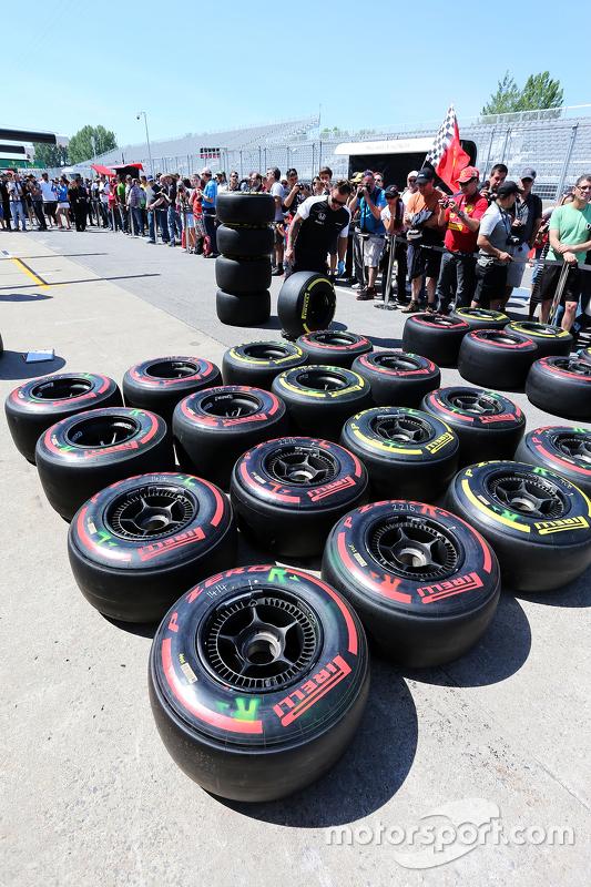 механік McLaren з шинами Pirelli на піт-лейні