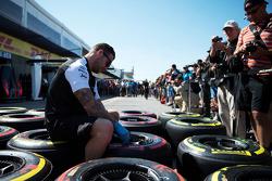 Mecânicos da McLaren trabalham com pneus