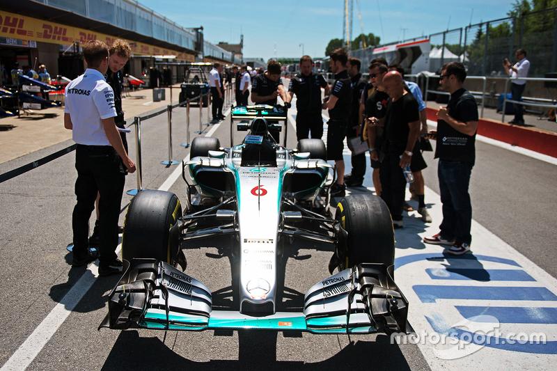 Mercedes AMG F1 W06 of Nico Rosberg, Mercedes AMG F1 in the pits
