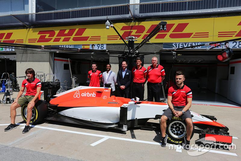 Roberto Merhi, Manor F1 Team, und Will Stevens, Manor F1 Team; Graeme Lowdon, Manor F1 Team, Geschäftsführer, und John Booth, Manor F1 Team, Teamchef, bei der Vorstellung von Sponsor airbnb