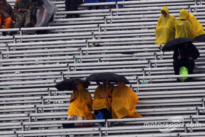 Fans yang basah berada di grandstand