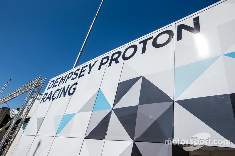 Dempsey Proton Competition transporter dan logo / signage