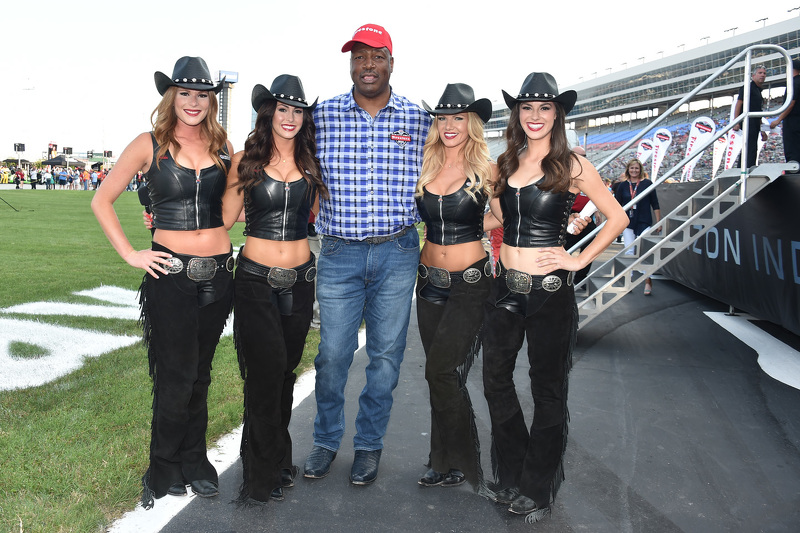 NFL player Charles Haley разом з Great American Sweethearts