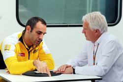 Cyril Abiteboul, Renault Sport F1 Managing Director met Charlie Whiting, FIA-afgevaardigde