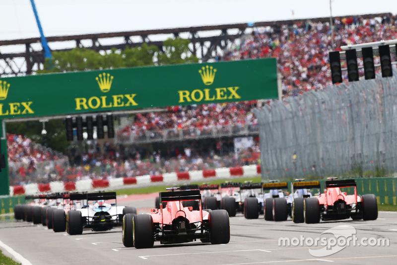 Roberto Merhi, Manor Marussia F1 Team and Will Stevens, Manor Marussia F1 Team at the start of the race
