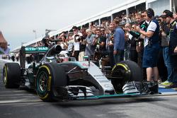 Победитель гонки - Льюис Хэмилтон, Mercedes AMG F1 въезжает в закрытый парк