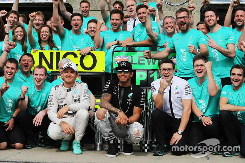 Juara balapan Lewis Hamilton, Mercedes AMG F1 merayakans bersama peringkat kedua rekan setim, Nico R