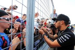 Льюис Хэмилтон, Mercedes AMG F1 с фанатами после гонки