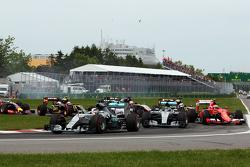Льюис Хэмилтон, Mercedes AMG F1 W06 лидирует на старте гонки