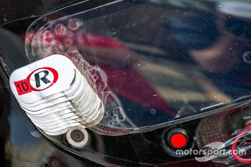 #9 Audi Sport Team Joest Audi R18 e-tron quattro melepas lapisan windshield