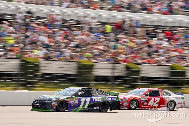 Denny Hamlin, Joe Gibbs Racing Toyota dan Kyle Larson, Chip Ganassi Racing Chevrolet