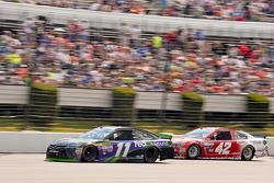 Denny Hamlin, Joe Gibbs Racing, Toyota, und Kyle Larson, Chip Ganassi Racing, Chevrolet