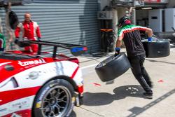 AF Corse Ferrari beim Reifenwechsel-Training