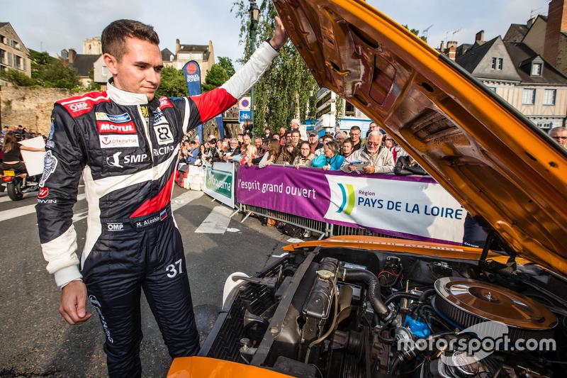 #37 SMP Racing, BR01: Mikhail Aleshin versucht, sein Auto wieder flottzumachen