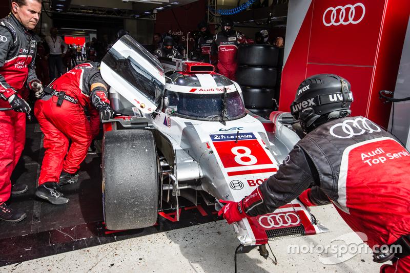 #8 Audi Sport Team Joest Audi R18 e-tron quattro: Лукас ді Грассі, Лоік Дюваль, Олівер Ярвіс на піт-лейні з damage