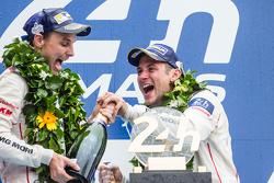 LMP1 podium: champagne para Nick Tandy y Earl Bamber