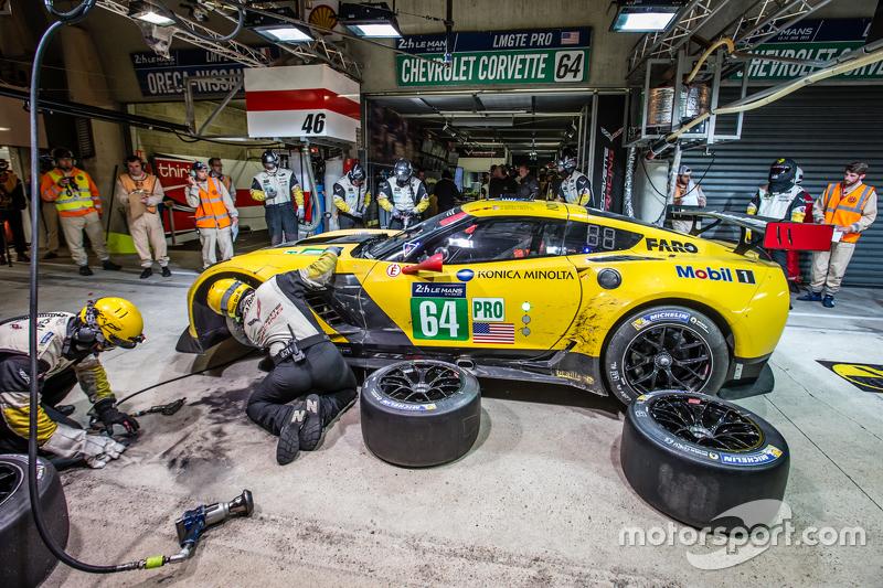 Pit stop untuk #64 Corvette Racing Corvette C7.R: Jordan Taylor, Oliver Gavin, Tommy Milner