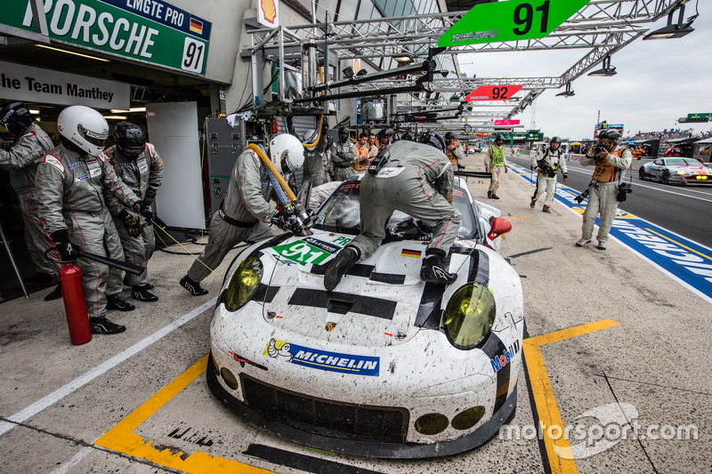 Pit stop for #91 Porsche Team Manthey Porsche 911 RSR: Richard Lietz, Jörg Bergmeister, Michael Chri