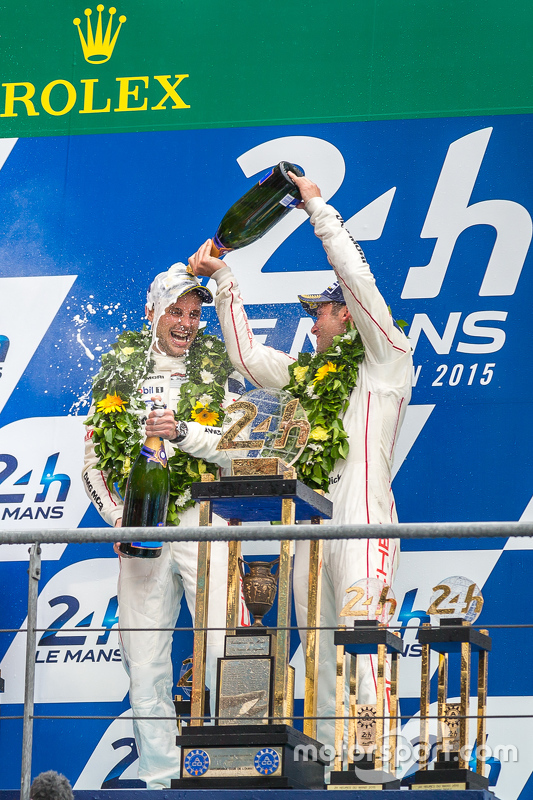 LMP1-Podium: Klassen- und Gesamtsieger, Porsche Team: Nick Tandy und Earl Bamber feiern