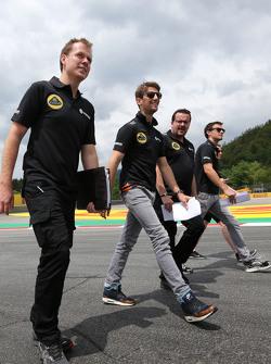 Jolyon Palmer, Lotus F1 Team, Julien Simon-Chautemps, engenheiro de Romain Grosjean, Lotus F1 Team  e Romain Grosjean, Lotus F1 Team