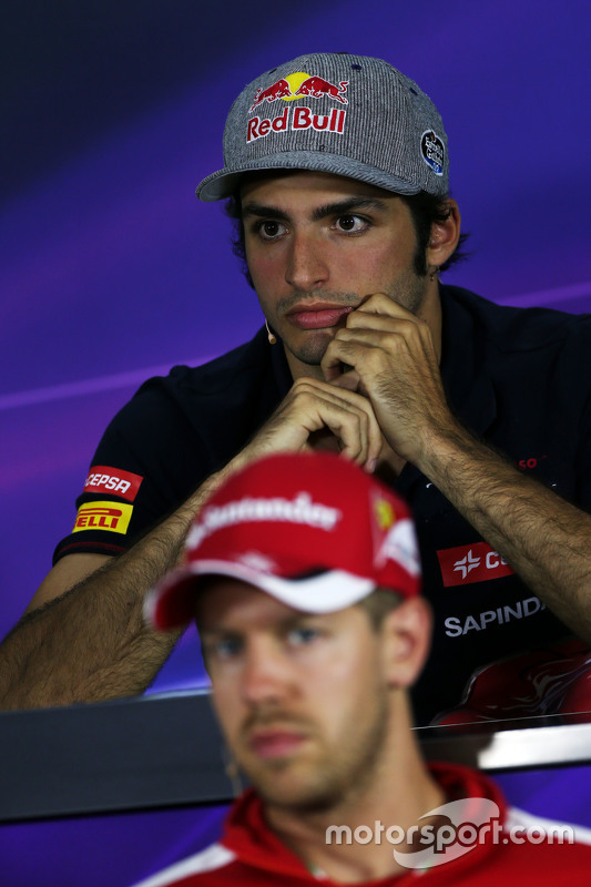Carlos Sainz Jr., Scuderia Toro Rosso e Sebastian Vettel, Ferrari na conferência de imprensa da FIA