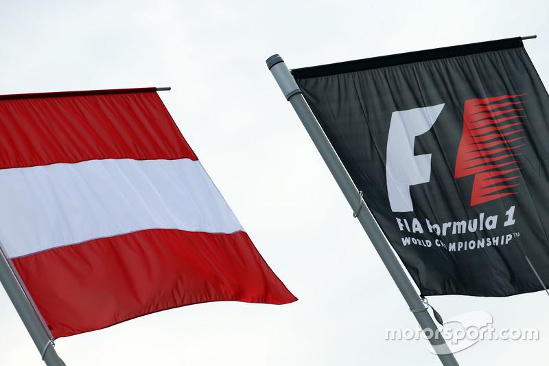 Österreichische Flagge und Formel-1-Flagge