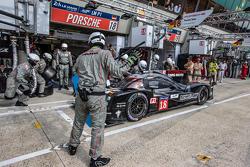 Arrêt au stand pour la #18 Porsche Team Porsche 919 Hybrid: Romain Dumas, Neel Jani, Marc Lieb