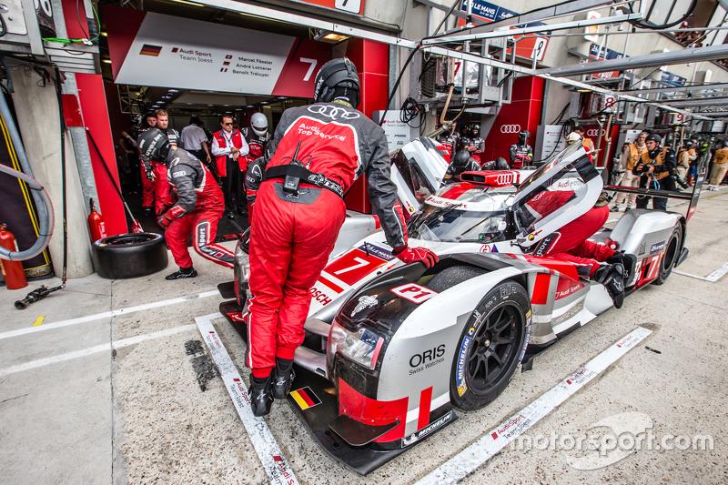 Boxenstopp für #7 Audi Sport Team Joest, Audi R18 e-tron quattro: Marcel Fässler, André Lotterer, Benoit Tréluyer