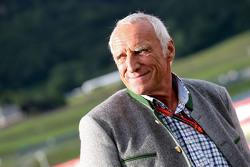 Дитрих Матешиц, генеральный директор и владелец Red Bull на параде легенд
