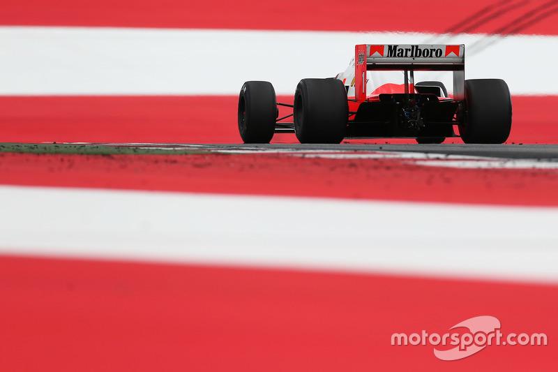 Alain Prost,  di dalam McLaren MP4/2B di Parade Legenda