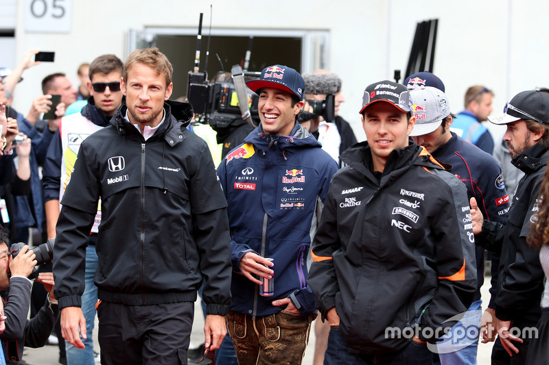 Daniel Ricciardo, Red Bull Racing; Jenson Button, McLaren-Honda, und Sergio Perez, Sahara Force India