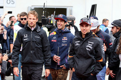 Daniel Ricciardo, Red Bull Racing; Jenson Button, McLaren-Honda, und Sergio Perez, Sahara Force India