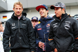 Jenson Button, McLaren con Daniel Ricciardo, Red Bull Racing y Sergio Pérez, Sahara Force India F1
