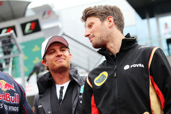 Нико Росберг, Mercedes AMG F1 и Ромен Грожан, Lotus F1 Team на параде пилотов