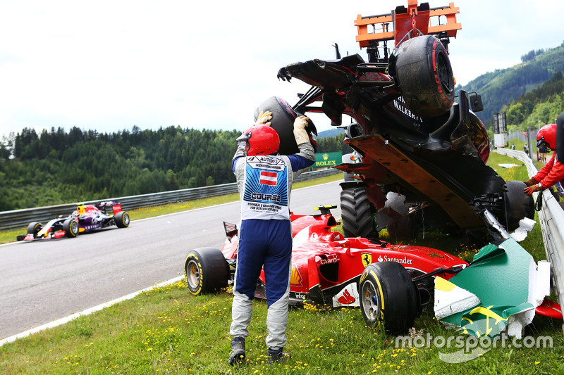 Marshals remove the start crash involving Фернандо Алонсо , McLaren MP4-30 та Кімі Райкконен, Ferrari SF15-T