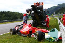 Marshals en el accidente inicial que implica Fernando Alonso, McLaren MP4-30 y Kimi Raikkonen, Ferrari SF15-T