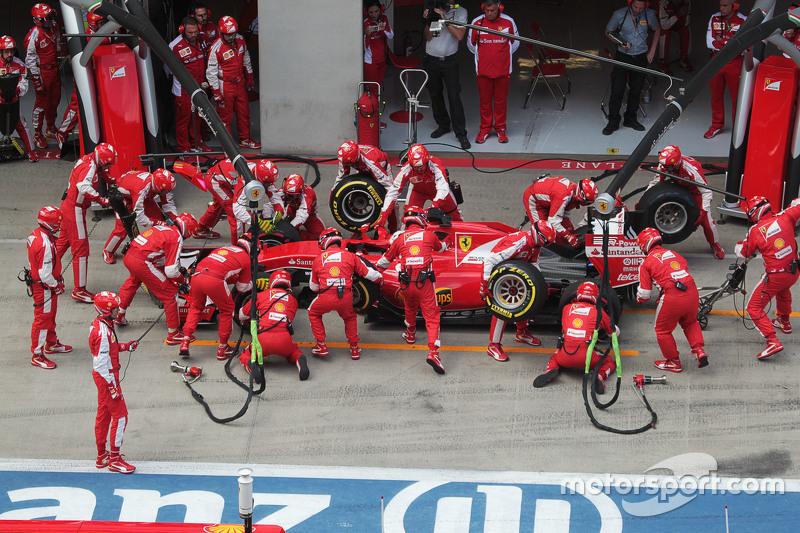 Sebastian Vettel, Ferrari SF15-T has a long pit stop bersama a stuck rear right wheel