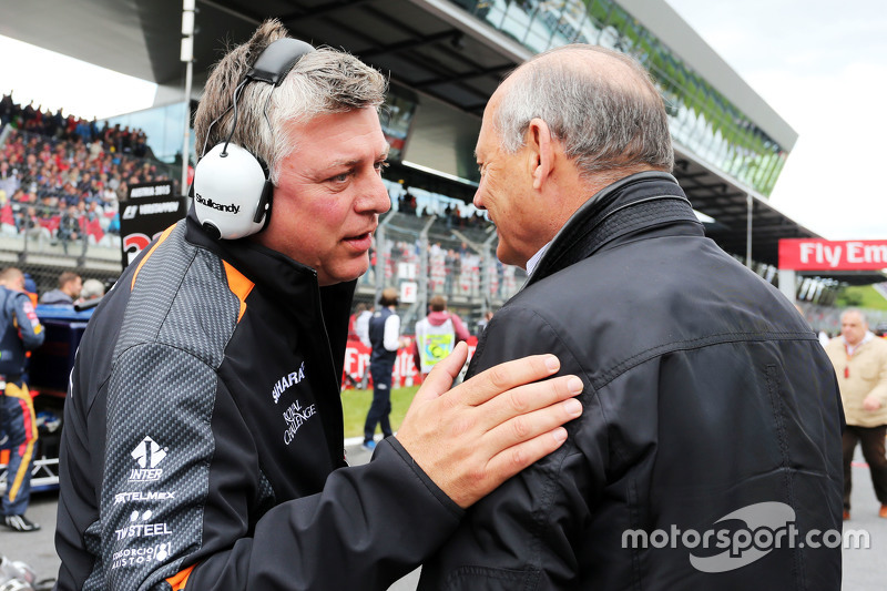 Otmar Szafnauer, Sahara Force India F1 Chief Operating Officer on the grid with Ron Dennis, McLaren