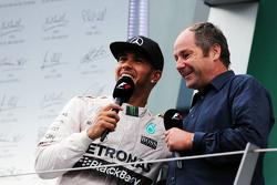 ikinci Lewis Hamilton ve Gerhard Berger podyumda