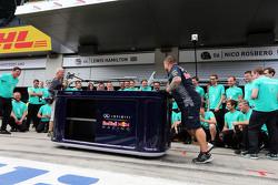 Red Bull Racing mengganggu perayaan Mercedes AMG F1 1-2