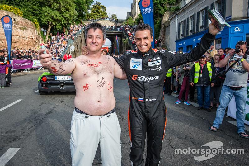 #26 G-Drive Racing Ligier JS P2: Roman Rusinov bersama penggemar yang penuh warna