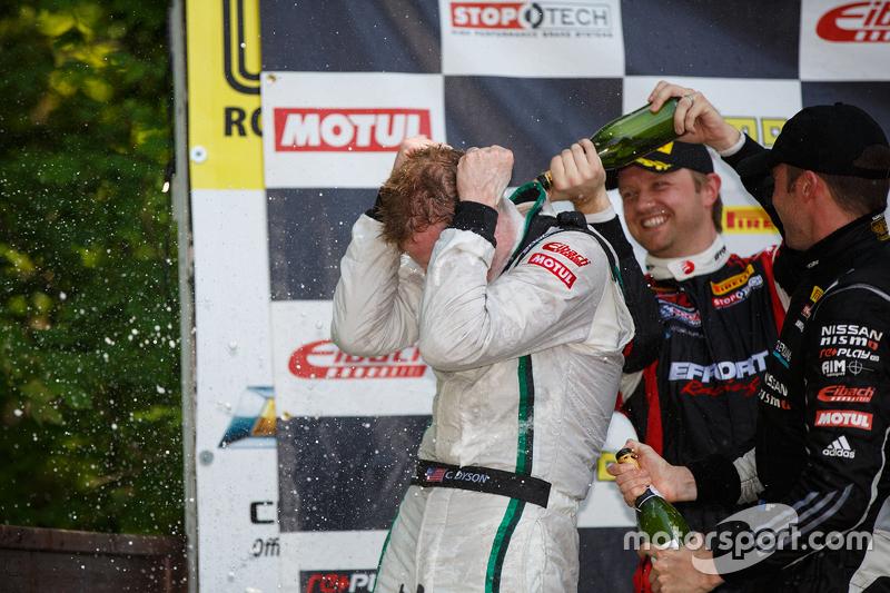 Juara balapan #16 Bentley Team Dyson Racing Bentley Continental GT3: Chris Dyson