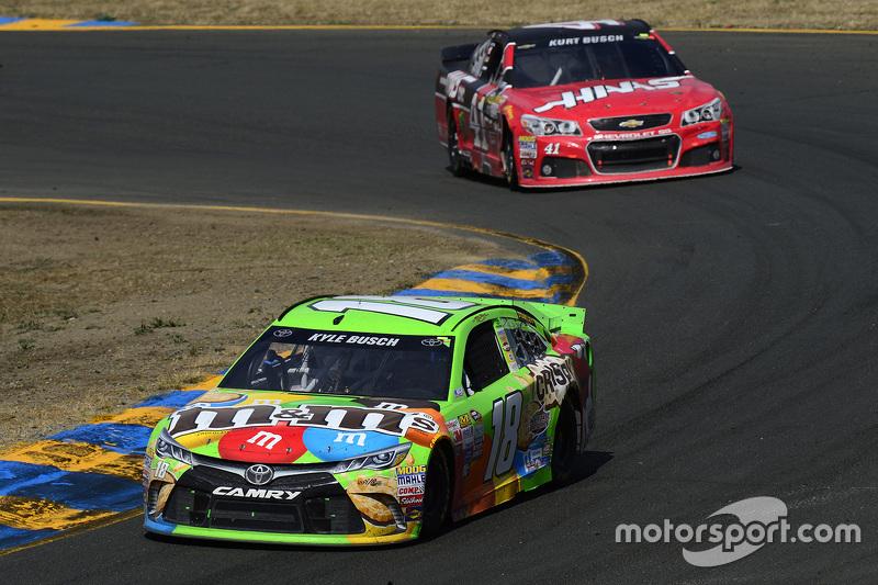 Kyle Busch, Joe Gibbs Racing, Toyota, und Kurt Busch, Stewart-Haas Racing, Chevrolet