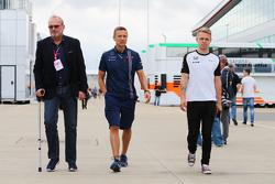 Didier Coton, Manajer pembalap bersama Antti Vierula, pelatih pribadi dan Kevin Magnussen, pembalap uji coba dan cadangan McLaren