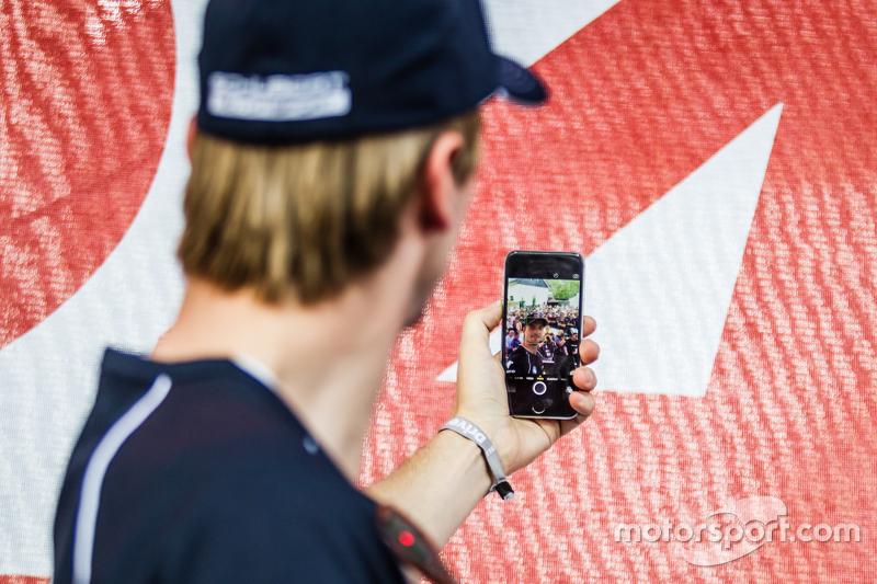#20 Schubert Motorsport, BMW Z4 GT3: Jens Klingmann macht ein Selfie