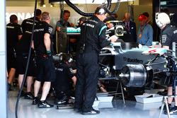 El Mercedes AMG F1 W06 de Nico Rosberg, Mercedes AMG F1 trabajando en los pits