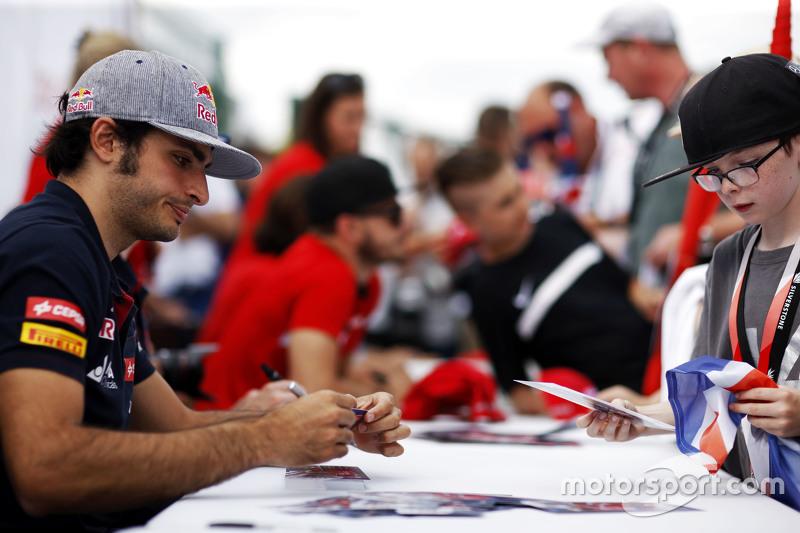 Carlos Sainz Jr., Scuderia Toro Rosso memberikan tanda tangan kepada fans