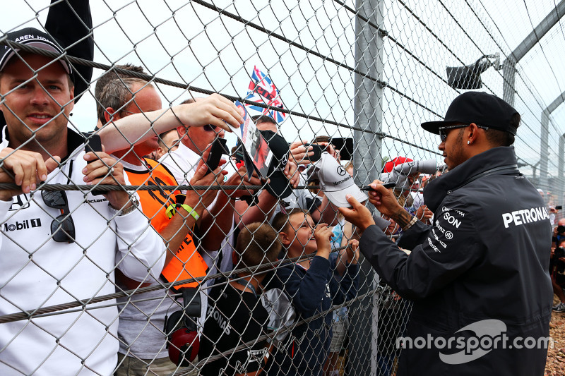 Lewis Hamilton, Mercedes AMG F1, mit den Fans