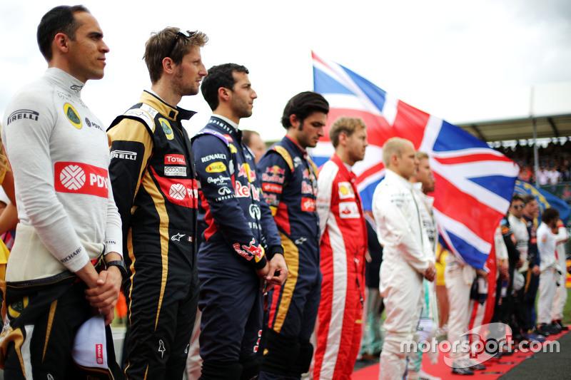Пастор Мальдонадо, Lotus F1 Team та Ромен Грожан, Lotus F1 Team слухають національний гімн